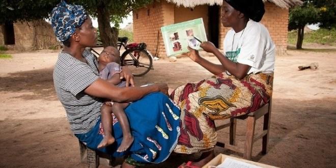 Sensibilisation dans un village communautaire sur l'utilisation des kits sanitaires