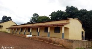 Dans la cour de l'école primaire de Kouroula créée en 1901