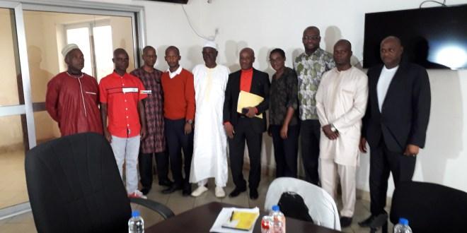 Des membres de l'Association guinéenne de la presse en ligne avec le Directeur nationale de la formation du ministère de la communication