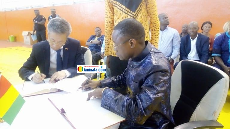Bantama Sow, ministre des sports avec l'ambassadeur de la Chine
