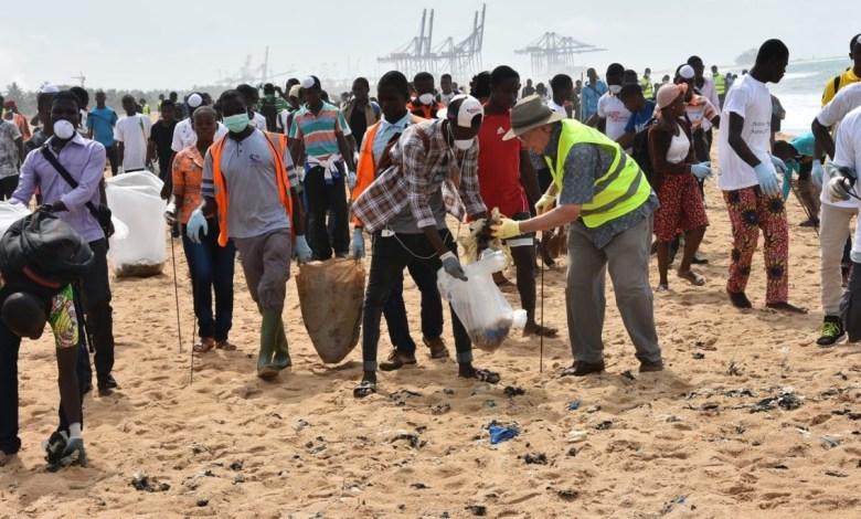Une séance de nettoyage de place de Lomé a permis de dégager près de 6 tonnes de déchets plastiques