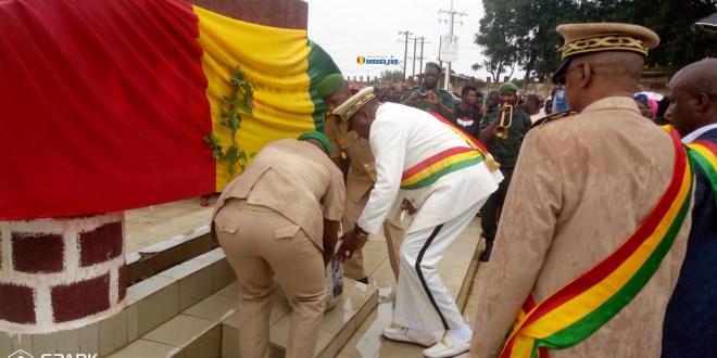 Dépôt de gerbes de fleurs à la place de martyr de Labé lors de la célébration de la fête de l''indépendance