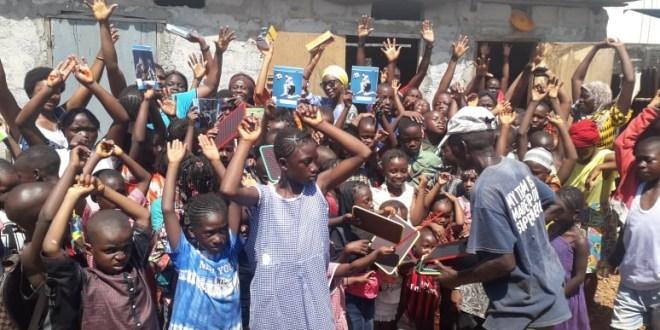 Des élèves réfugiés libériens et leonais