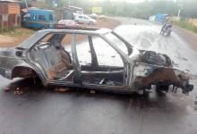 Des caracasses d'un véhicule incendié lors de la manifestation du 14 octobre à Labé