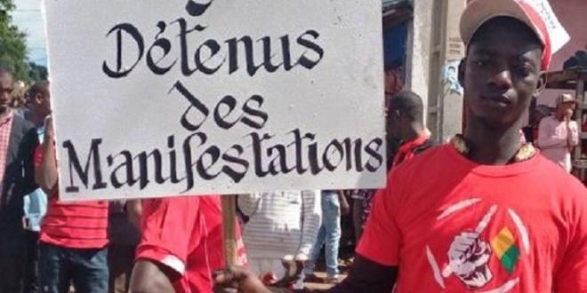 Des manifestants du Front national pour la défense de la constitution réclament la libération des prisonniers politiques