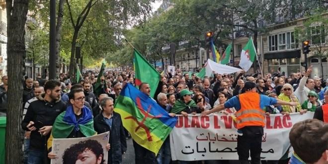 Manifestation des algériens à Paris contre la main mise de l'armée sur la politique en Algérie