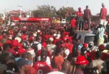 Une importante foule du Front national pour la défense de la constitution (FNDC)