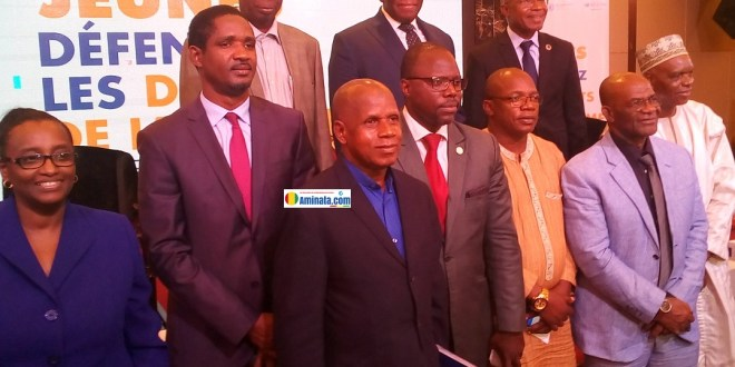 Kassory Fofana, premier ministre, Mouctar Diallo, ministre de la jeunesse, Taran Diallo, ministre la citoyenneté avec des cadres du Haut commissariat des droits de l'homme
