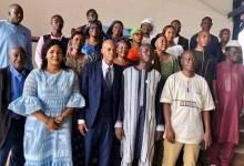 Photo de famille après une conférence sur les mutilations génitales feminines (MGF)
