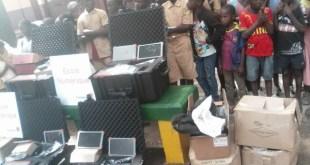 La fondation Orange Guinée offre des tablettes aux élèves de l'école primaire de Tombo