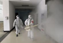 Des agents de la santé en train de désinfecter un lieu