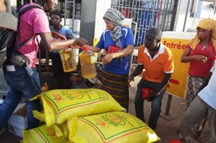 Remise de dons alimentaires par la Fondation Diaka Camara pour l'éducation en Guinée