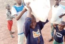 Un petit groupe d'enfants dans la ville de Siguiri