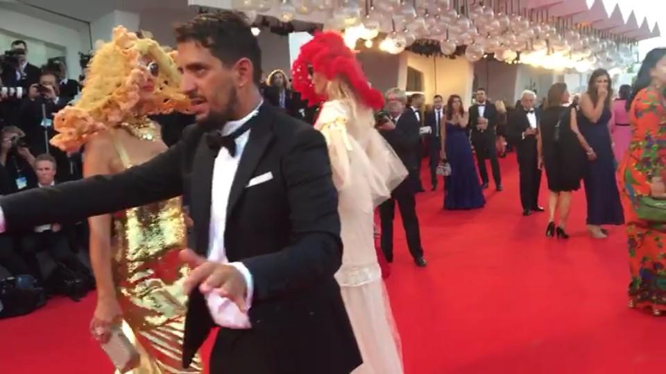Amira Bergmann (attrice, sceneggiatrice e produttore) & Xena Zupanic (attrice) all'apertura della Mostra del cinema di Venezia , sul red carpet , provocazione con cappelli e occhiali di sole