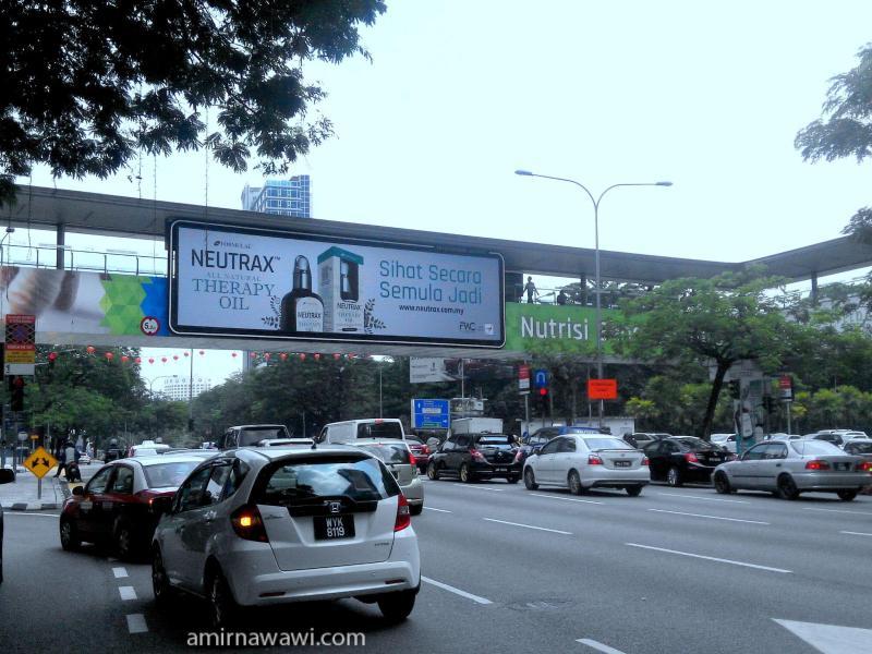 iklan Neutrax Aromatherapy oil di jejambat sepanjang Jalan.