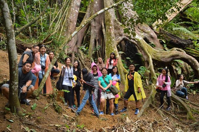 Bergambar bersama pokok antara yang tertua di hutan ini.