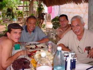 """Eduardo Heras León (al centro) y Francisco López Sacha (a la derecha) junto a Ángel Santiesteban (entre Heras y Sacha) cuando todavía eran """"hermanos""""."""