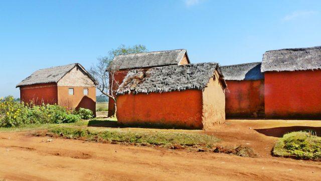 Maisons en terre rouge