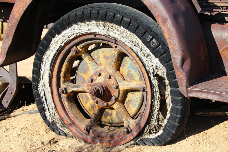 7 نصائح مهمة لتفادي كارثة مميتة إذا انفجر إطار سيارتك على الطريق