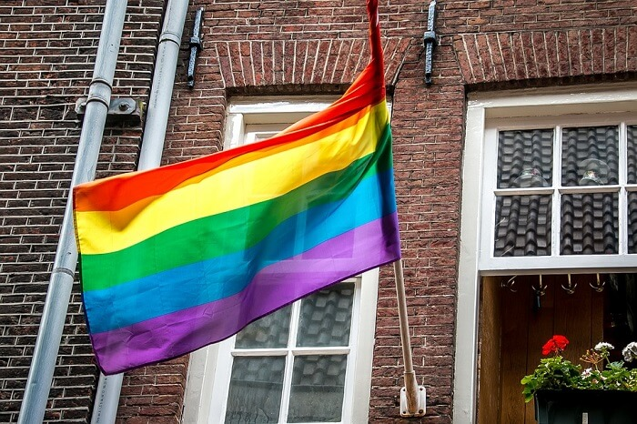 صفات الرجل المثلي كيف تكتشف أن صديقك مثلي الجنس من خلال 8 اشارات يقوم بها عفويا