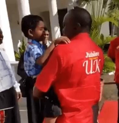 Photo of طفل صغير يدعو الرئيس الكيني الى الإسلام والأخير يرد عليه بطريقة رائعة
