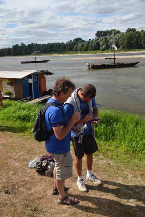 Klaus reserviert einen Platz für eine Bootstour mit einem Loire-Kahn