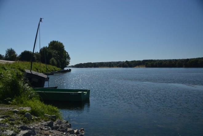 alte Loirekähne im mittäglichen Gegenlicht