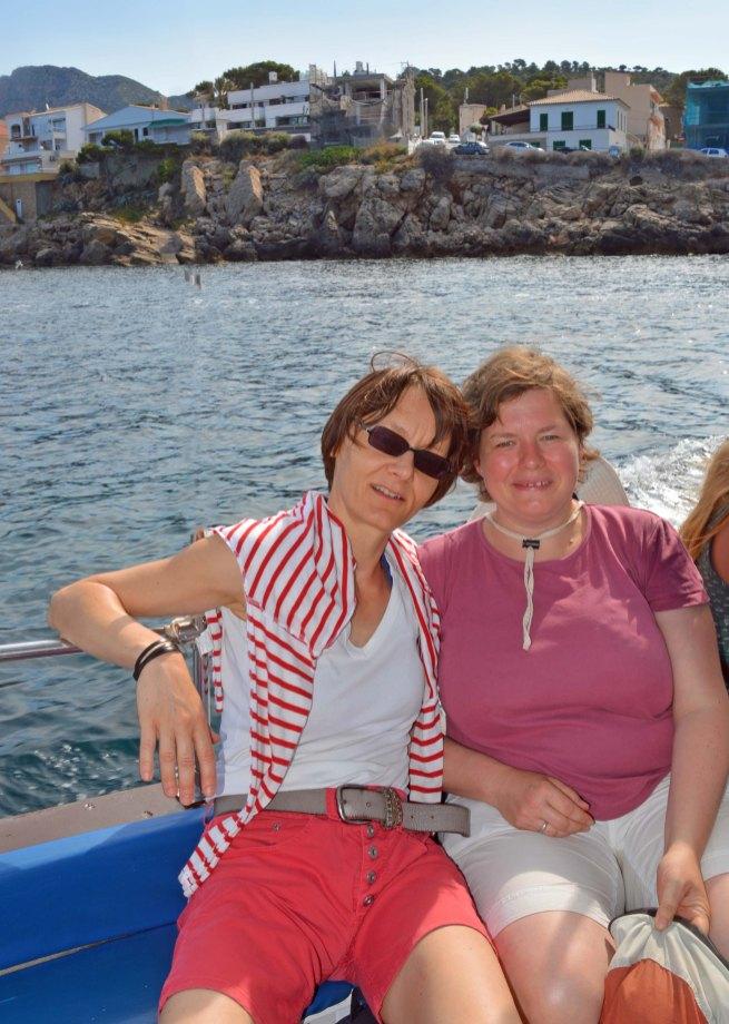 Ines und Birgit auf dem Fährboot