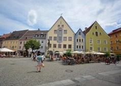 Platz mit Stadtbrunnen