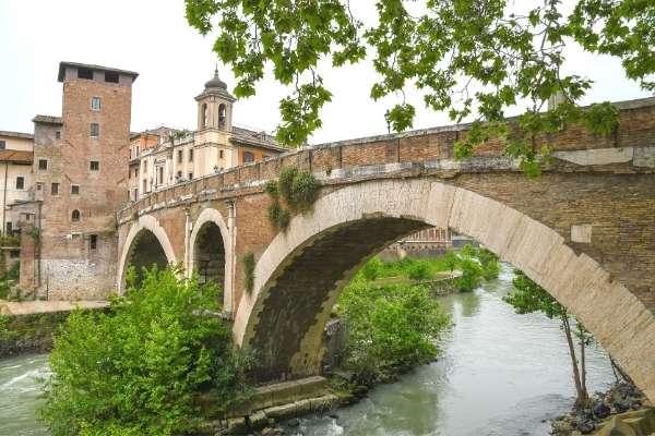 Ponte Fabricio oldest bridge in Rome