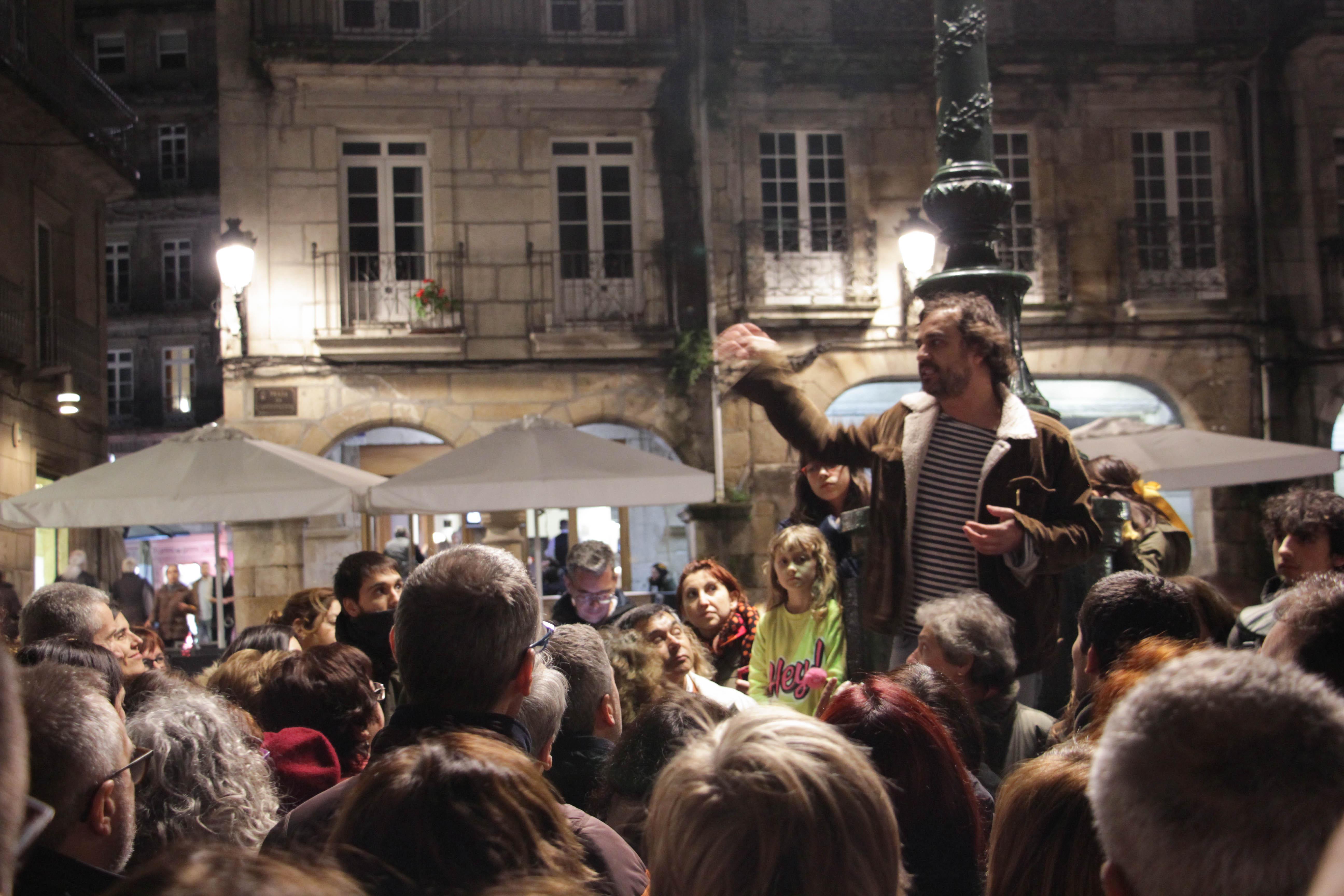 Un público numeroso acudiu a presentación do libro 'Camiñar o Vigo Vello' e a ruta posterior