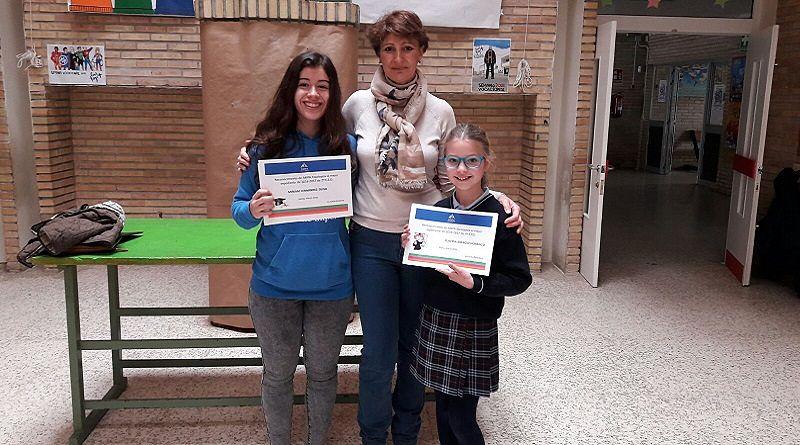 Fotografía de la Presidenta del Ampa Escolapios Sevilla, junto con las dos alumnas socias del Ampa, que obtuvieron los mejores expedientes del curso 2016-2017