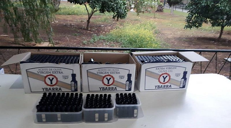 Vista de las cajas de aceite donadas por la empresa Ybarra, para la celebración del desayuno andaluz en el día de Andalucía. 2018
