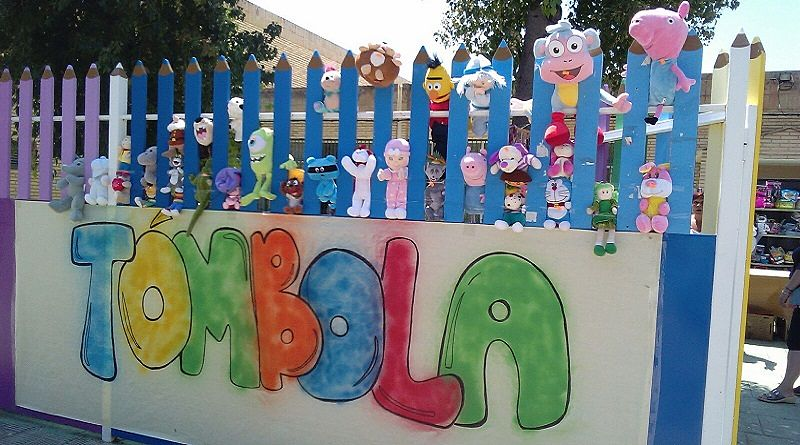 Entrada adornada con peluches, de la tómbola organizada por Ampa Escolapios Sevilla, en la Fiesta de la Solidaridad organizada por el colegio Escolapios Calasancio Hispalense e Itaka Escolapios Sevilla.