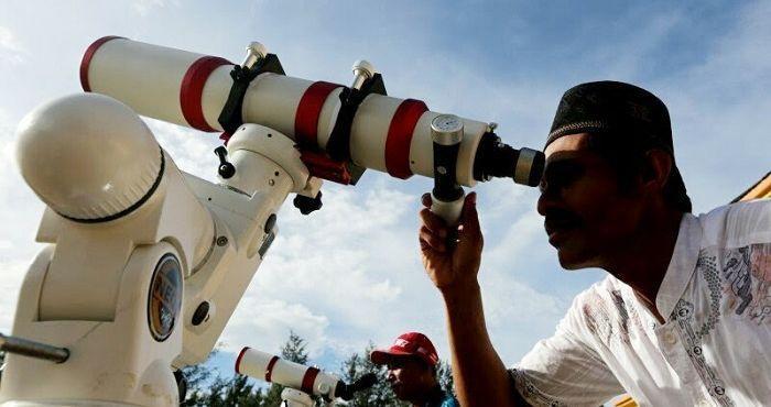 Petugas observatorium Tgk Chiek Kuta Karang Kementerian Agama Aceh memantau posisi hilal di Lhoknga, Aceh Besar. /Antara/Irwansyah Putra (Ist/net)