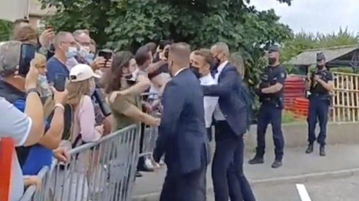 Sumber Foto: Presiden Prancis Emmanuel Macron, tengah, ditampar oleh seorang pria saat kunjungan ke Tain-l'Hermitage, di Prancis, Selasa, 8 Juni 2021. (BFM TV via AP)