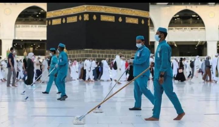Pekerja membersihkan lantai saat jamaah melaksanakan Tawaf saat musim Haji di Mekah, Arab Saudi, pada 20 Juli 2021. Foto/REUTERS