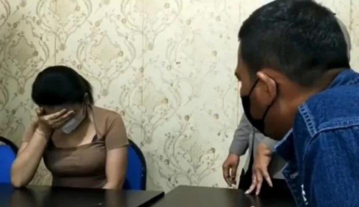 Wanita yang menawarkan open BO lewat aplikasi saat dimintai keterangan polisi.Foto:ist/net