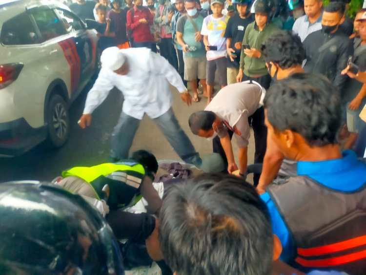 Pihak Kepolisian dibantu warga mengevakuasi seorang mahasiswi tewas terlindas truk
