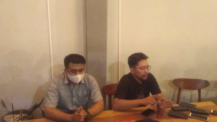 Kuasa hukum KPU Tanjab Timur saat konfferensi pers Selasa malam, (13/10)/Foto: ichsan