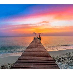 Quai sur la plage durant le coucher de soleil