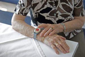 Notrufsystem für ältere Menschen am Arm