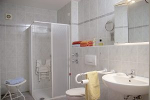 Badezimmer der Senioren-Wohnung