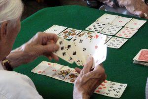 Karten spielen - Entspannung für die Senioren