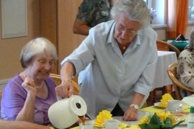 Gemeinschaftliches Kaffee trinken der Senioren und Seniorinnen