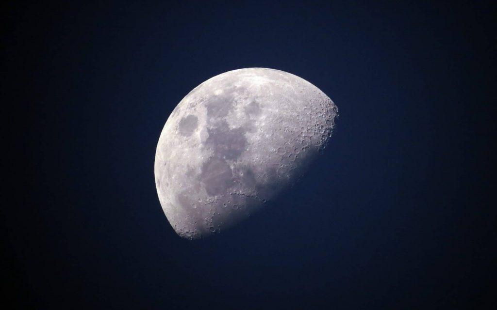 Naissance lunaire et théories scientifiques