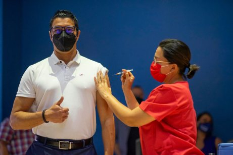 Segunda dosis aplicada al ministro Daniel Salas. Foto: Ministerio de Salud