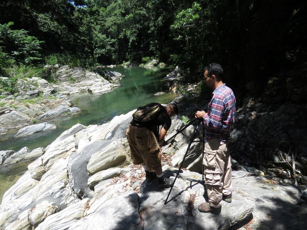 Equipo de colaboradores R. Giròn y E. Flores durante los procesos de Investigación Científica en los ecosistemas de Puerto Cortes.