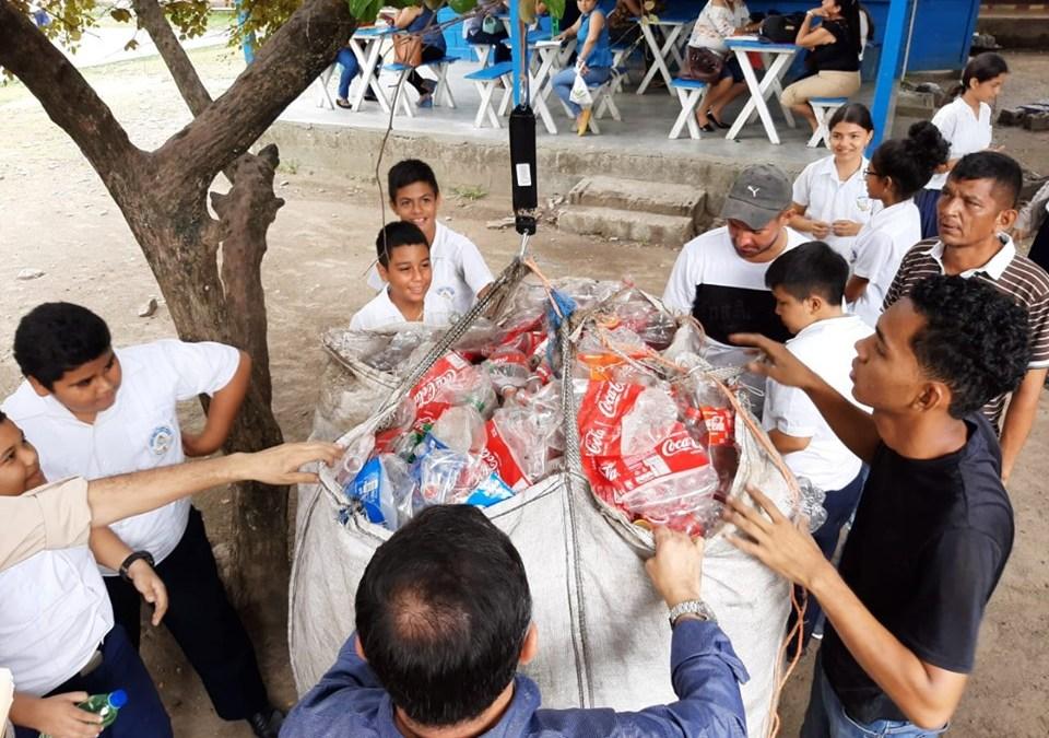 1,217 libras de plástico recolectadas para el Proyecto ¨Cero Niños sin Pupitres¨.