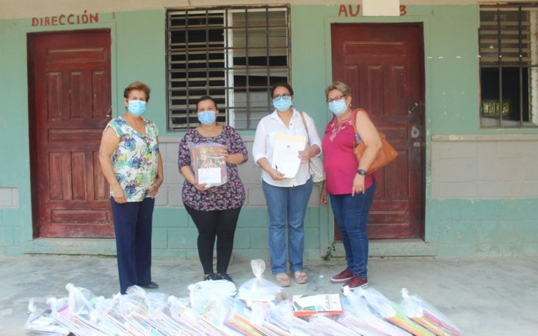 Estudiantes de Nola y Manacalito reciben material educativo